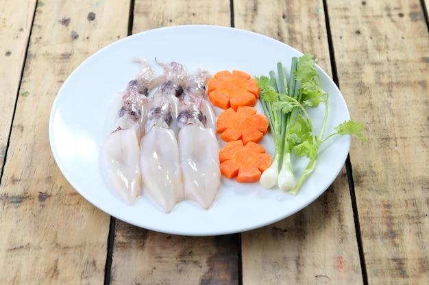 生イカ、にんじん、豚肉、調理の準備をする。