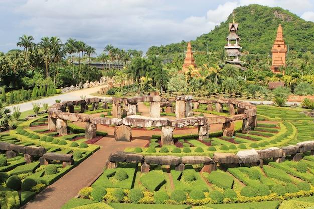 Тропический красивый зеленый сад в паттайе.
