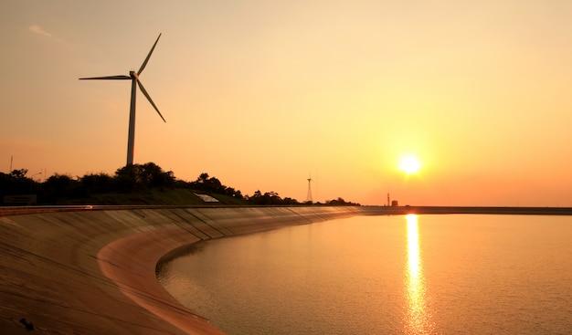日没の風力タービン