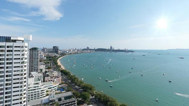Воздушный вид сверху. многие парусный спорт, мотор, скоростные катера, парусные корабли, парусники в городе паттайя, таиланд.