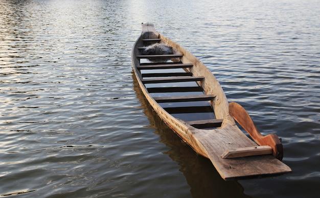 川の漁船。