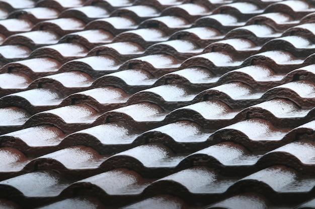 茶色のレンガの屋根の上の雨のしずく