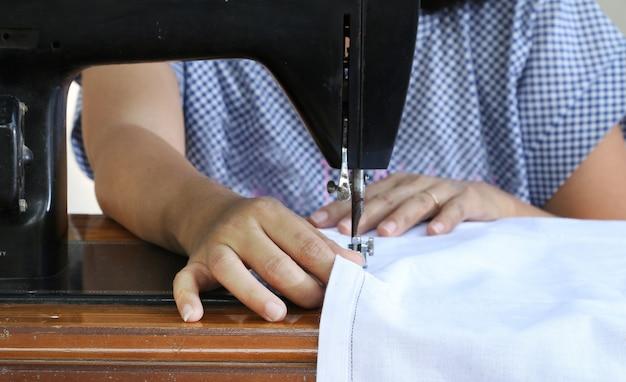 ミシンで働く女性。