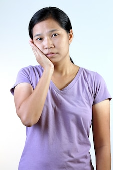 歯痛を持つ女性。
