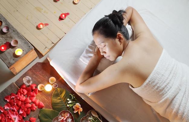 マッサージ机の上に横たわるスパサロンでアジアのタイの女性。