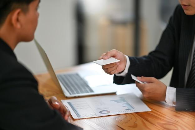 ビジネストークで撮影した訪問者のクローズアップに空白のコーリングカードを与えます。
