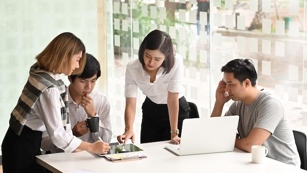 若いビジネスマンのコミュニケーション