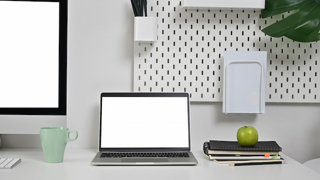 Рабочая область портативный компьютер на офисном столе.