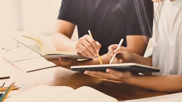 Молодые деловые люди консультируются со своими планшетами
