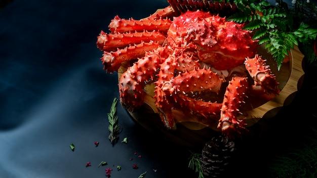 Еда красного камчатского краба японская на черной таблице, селективном фокусе.
