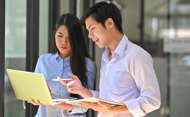 Вместе молодой друг консалтинг они ноутбук и планшет.