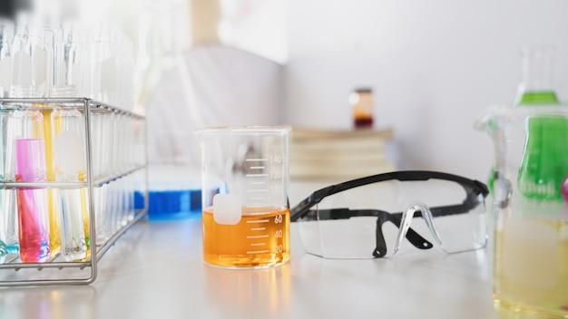 Фотография научного эксперимента с химическим стеклом