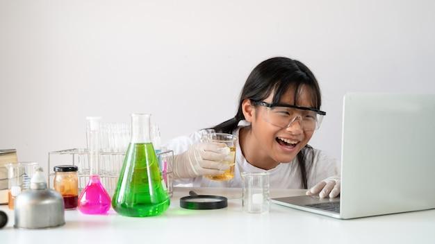 Фото молодой очаровательной девушки, холдинг химия посуда