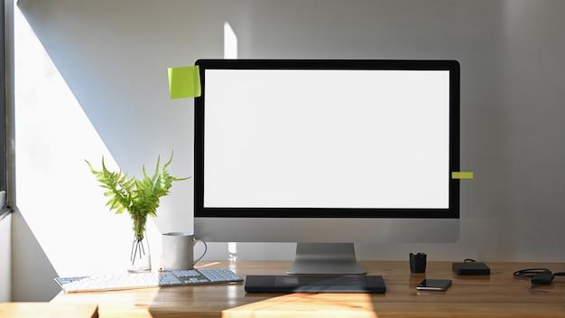 Рабочая область компьютера с графическим дизайнером стильный рабочий стол.