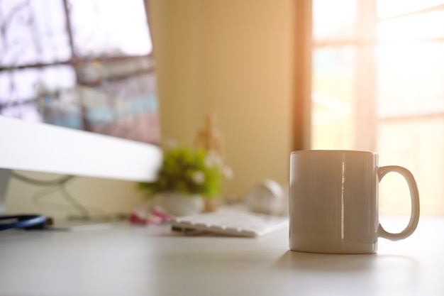 Кружка кофе на офисном рабочем месте с концепцией утреннего кофе.