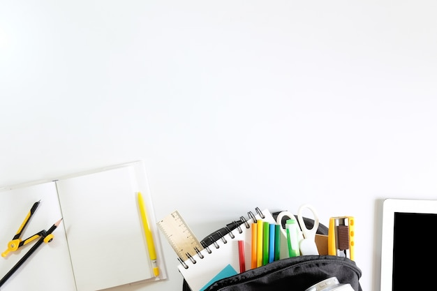 学校に戻る。ホワイトテーブル上の学校用品のアイテム