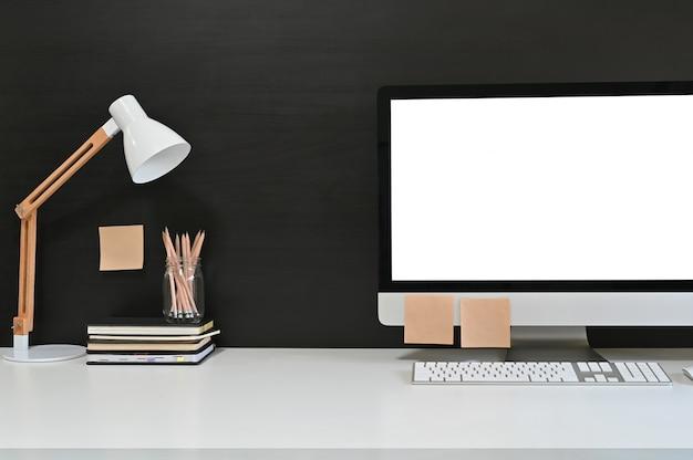 ワークスペース空白の画面のデスクトップコンピューター、モックアップコンピューター、ランプ、ホームオフィス用アクセサリー