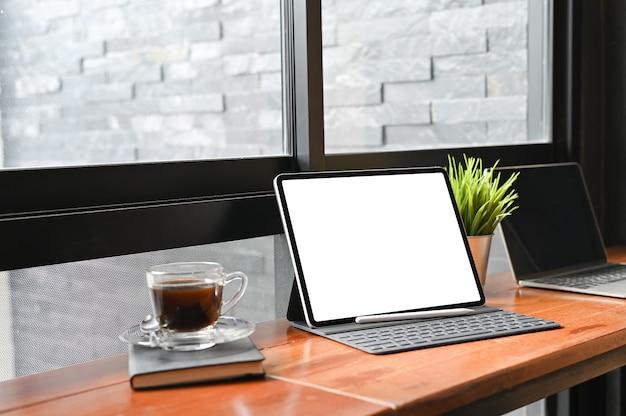 モックアップデジタルタブレットとペン、空の表示画面。