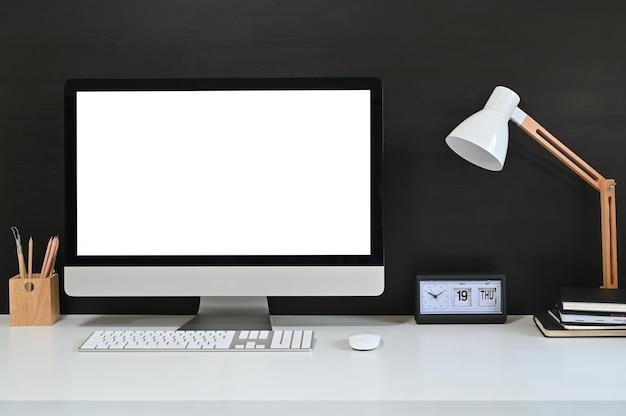 ワークスペースの空白の画面のデスクトップコンピューター