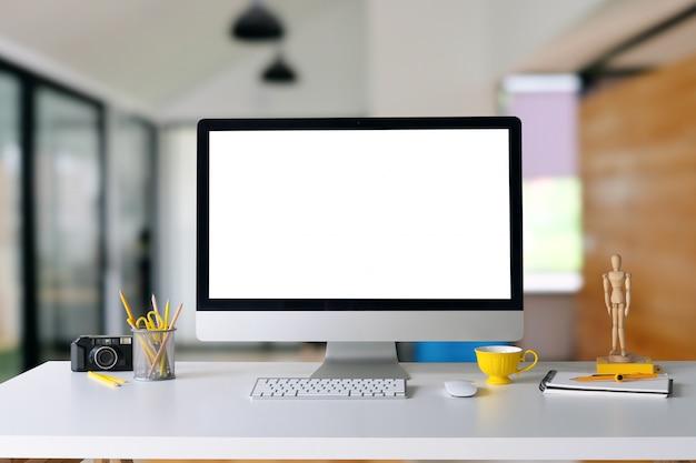 Рабочая область офисный стол, кофе и стильный гаджет и расходные материалы.