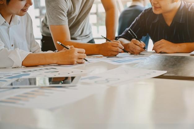 トリミングショット青年実業家とのビジネスを開始作業テーブルの上の会議に相談します。