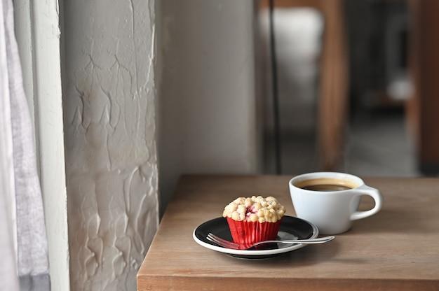 ブラックコーヒーとマフィンの木のテーブルに自家製の朝食します。