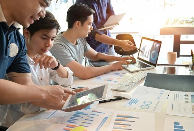 他のビジネスマンとのグループ会議でスタートアップの実業家