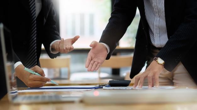 ショット事業計画をトリミングし、作業テーブルについて相談します。