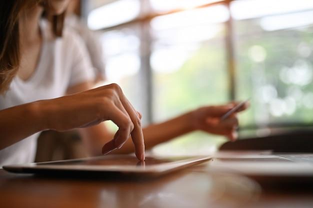 デジタルタブレットを使用して女性とオンラインショッピング。