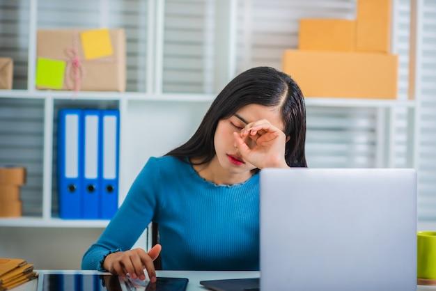 Молодой предприниматель малого бизнеса запускает чувство стресса.