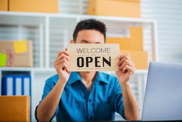 オープンサイン小包配達サービスを保持している中小企業のビジネスマン。