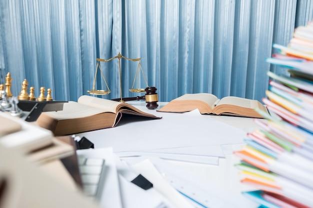 弁護士の机のテーブル、法廷での本のハンマー
