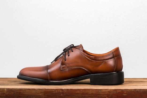 Кожаные кожаные мужские туфли на столе