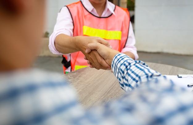 エンジニアチームワークの握手