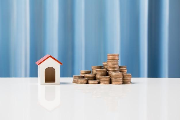 あなたの家族のために家を買うために貯金成長の概念