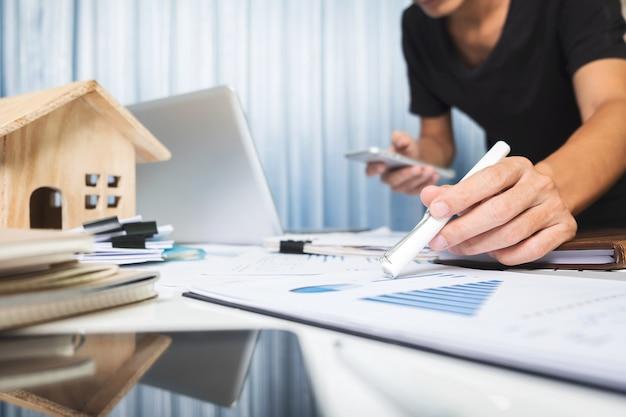 Менеджер, работающий в офисе, концепция продажи недвижимости