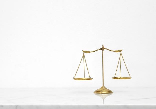 Золотой весы баланс положить на белый мраморный стол счетчик с свободным пространством