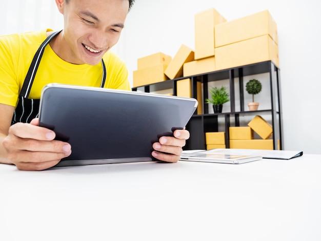 自宅の職場で中小企業のビジネスオーナーに幸せを感じる若い男