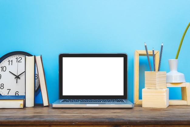装飾的なウェブサイトのデザイナーの文房具とモックアップラップトップ。