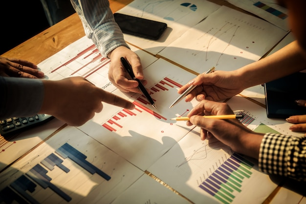 Встреча деловых людей группы корпоративных обсуждения инвестиций и инвестиций концепции в конференц-зале.