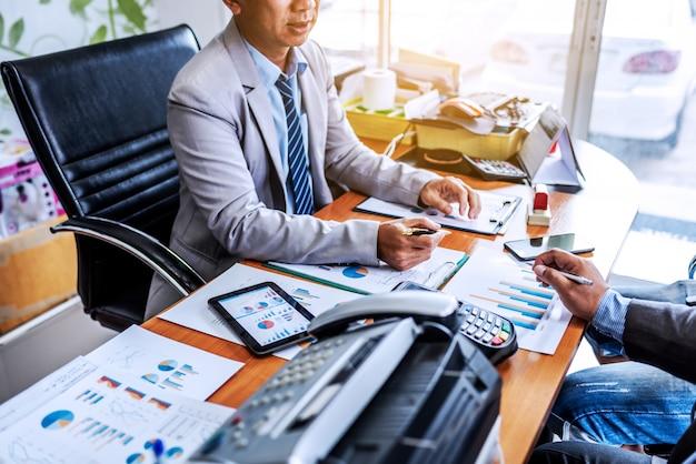 Встреча бизнеса в современном офисе.