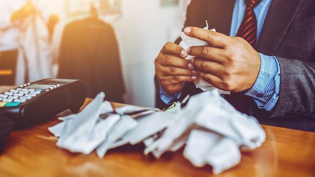 オフィスでの中年男性事業経費請求書。