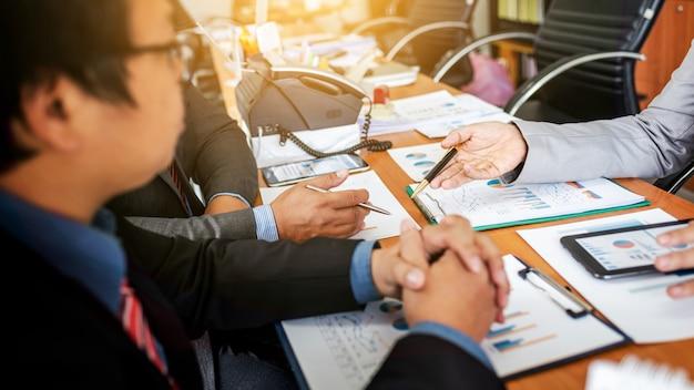 Группа мужчин-предпринимателей обсуждают проект управления во время совместной работы