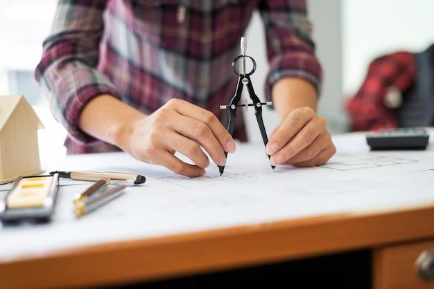 女性建築家の仕事場で設計図を描画します。