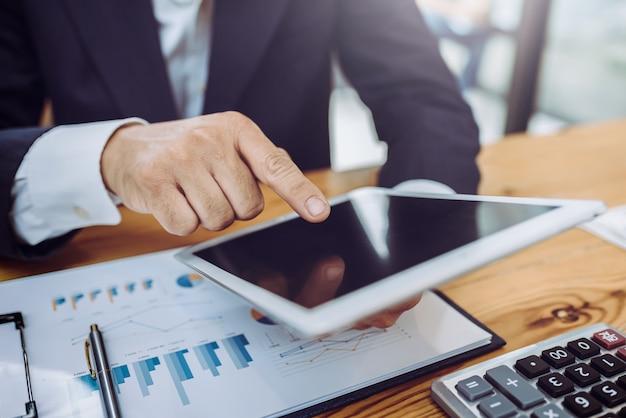 オフィスのビジネス人々は、スタートアップ企業を接続しました。