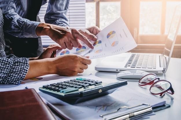 Бизнес-группа, анализирующая диаграммы доходов и графики