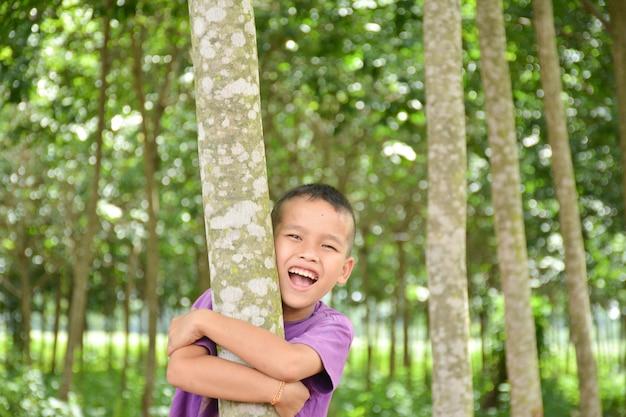 Мальчик обнял дерево