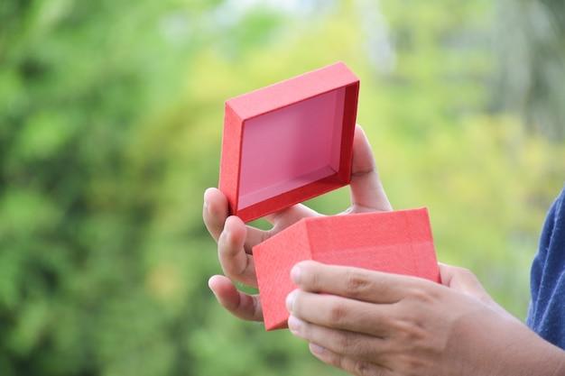 Откройте подарочную коробку.