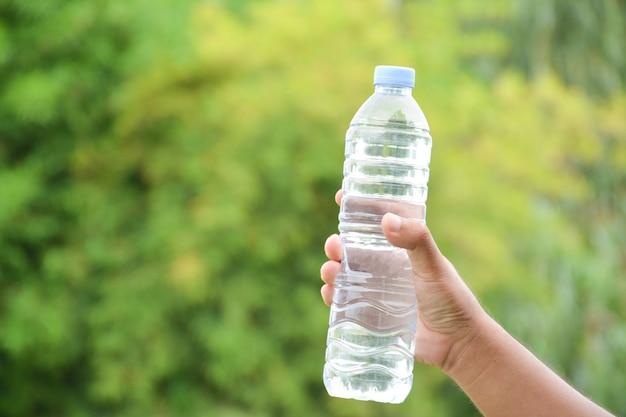 Бутылка для воды в руке