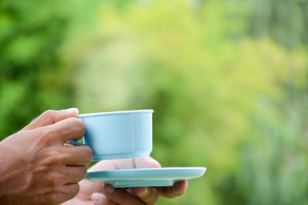 Кофейная чашка в руке